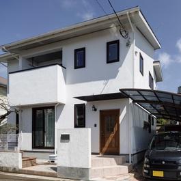 白い漆喰が美しい 自然素材とスラブヒーターで快適な笑好住宅