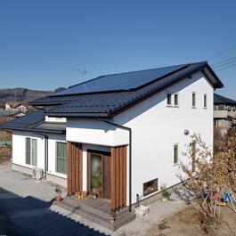 和モダンの心地良さと、大屋根にマッチした太陽光パネル