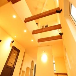 レトロな雰囲気がおしゃれ。アンティークな空間にステンドグラスが美しい家。