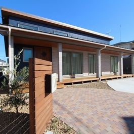 『アートな家』スマートでスタイリッシュな ガルバと木目調の平屋住宅
